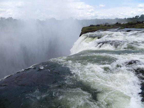 Devils Poll, Cataratas Vitória, Zimbabwe - A piscina natural conhecida como Devils Pool, ou Piscina do Diabo, está localizado em um parque nacional em Zimbabwe, no sul da África. A cachoeira de quase 100 metros de altura é mais visitada durante os meses de setembro e dezembro