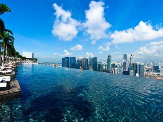 Marina Bay Sands Resort, Cingapura - Esta piscina de borda infinita está localizada no 57º andar do hotel e possui uma vista panorâmica da cidade