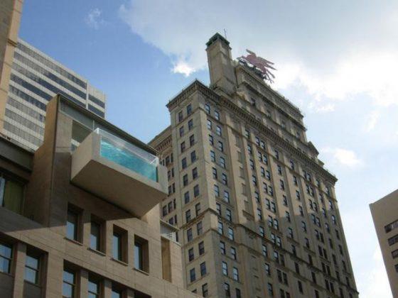 The Joule Dallas, Texas, Estados Unidos - Localizado em Dalas, no Texas, o The Joule possui uma piscina na cobertura que ultrapassa os limites do prédio, possibilitando uma vista diferenciada da cidade