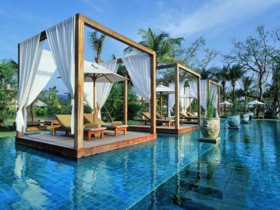 The Sarojin, Tailândia - A luxuosa piscina do The Sarojin tem borda infinita, lounges de jacuzzi e três diferentes pavilhões