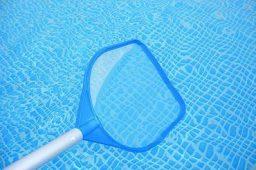 Limpar a superfície da piscina com a peneira