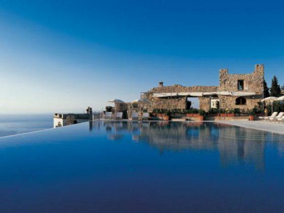 Hotel Caruso, Itália - Localizada no ponto mais alto de Ravello, esta piscina de forma elíptica faz fronteira com uma belíssima vista para o mar e as montanhas