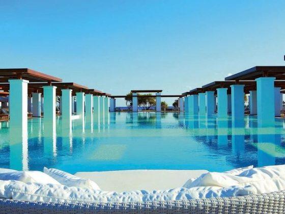 Amirandes Grecotel Exclusive Resort, Grécia - Batizado em homenagem aos palácios dos reis da civilização minoica e dos nobres venezianos que governaram Creta, o resort Amirantes mantém a elegância e luxo europeu com uma bela piscina com vista para o mar
