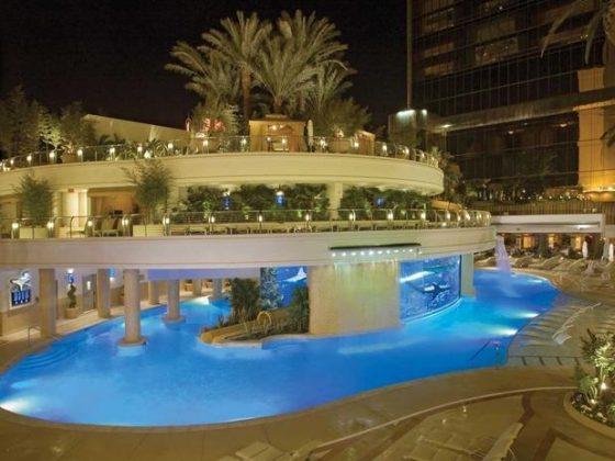 Golden Nugget, Las Vegas, Estados Unidos - A piscina conhecida como The Tank do Golden Nugget oferece uma experiência emocionante. Com um aquário central ela possibilita um mergulho ao lado de animais marinhos