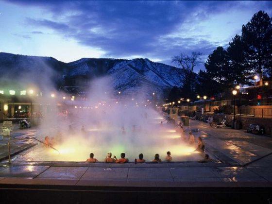 Glenwood Hot Springs, Colorado, Estados Unidos - As águas das piscinas de Glenwood possuem 15 minerais que ajudam a acalmar e restaurar os corpos de seus hóspedes