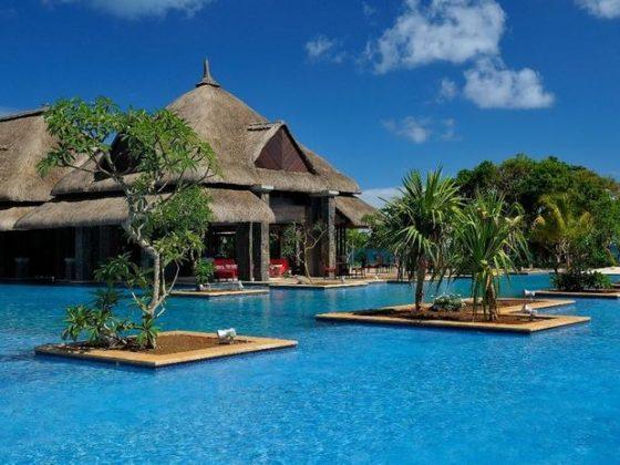 The Grand Mauritian Resort & Spa, Ilhas Maurícias - O belo resort localizado nas Ilhas Maurícias, em meio ao Oceano Índico possui uma enorme piscina com vista para o mar