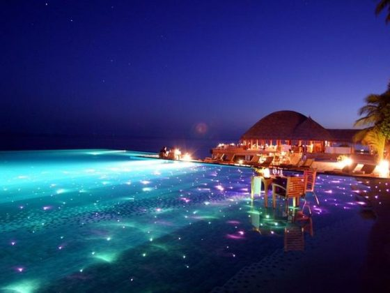 Huvafen Fusi, Maldivas - O hotel Huvafen Fushi oferece piscinas infinitas com iluminação de fibra óptica que tornam o mergulho em suas águas ainda mais mágico