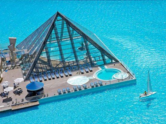 San Alfonso del Mar, Chile - San Alfonso detinha até pouco tempo atrás o recorde atual do Guinness de maior piscina do mundo. Ela possui uma extensão de mais de um quilômetro de comprimento, oito hectares e 250 milhões de litros de água