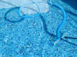 Aspirar a sujeira que decantou na piscina