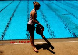 Limpar ao redor da piscina