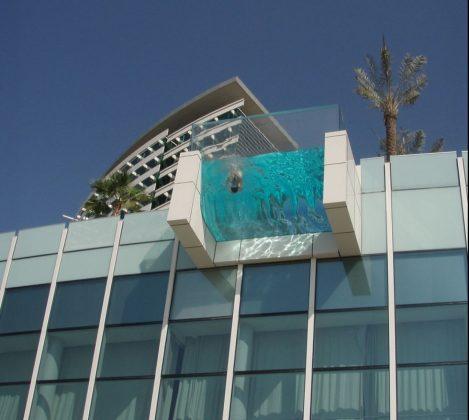 Piscina suspensa do Intercontinental Festival City, em Dubai